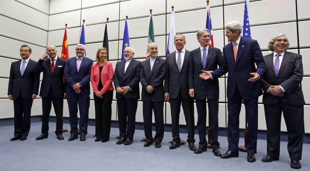 Los participantes en las conversaciones sobre el acuerdo nuclear de Irán posan para una fotogrupal en el edificio de la ONU en Viena, Austria, el 14 de julio de 2015. (Carlos Barria, Pool Photo via AP)