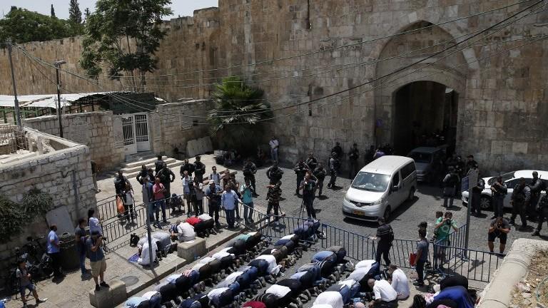 Los musulmanes rezan fuera de la Puerta de los Leones de la Ciudad Vieja de Jerusalém en protesta por la colocación de detectores de metal en las entradas al Monte del Templo el 17 de julio de 2017. (AFP Photo / Ahmad Gharabli)