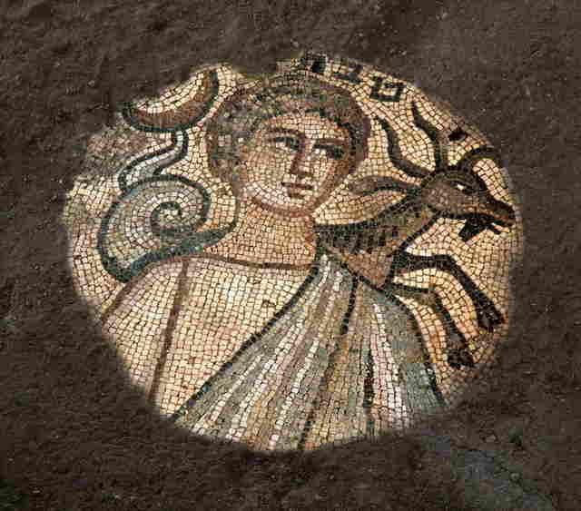 En la foto se muestra el mosaico de la sinagoga Huqoq que representa el mes de Teveth (diciembre-enero) con su respectivo símbolo.(Jim Haberman Relaciones con los medios de la UNC)
