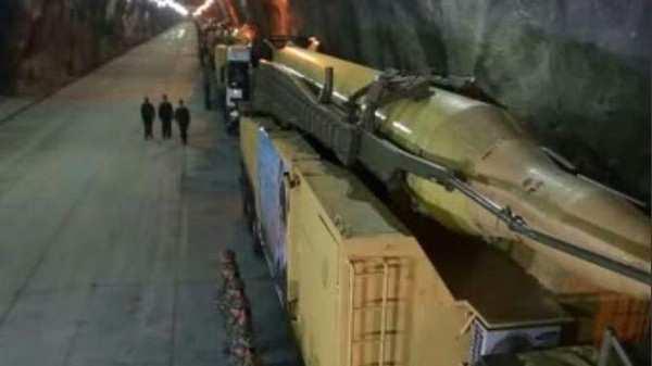 Un misil balístico se ve en lo que Irán dice es una base subterránea, en un lugar no revelado en el país. Se dice que la base está enterrada a 500 metros bajo tierra. (Captura de pantalla PressTV)