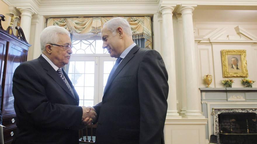 El presidente de la Autoridad Palestina, Mahmoud Abbas, se estrecha la mano con el primer ministro Benjamin Netanyahu antes de mantener conversaciones directas de paz en el Departamento de Estado en Washington, DC, el 2 de septiembre de 2010. (Jason Reed-Pool / Getty Images via JTA)