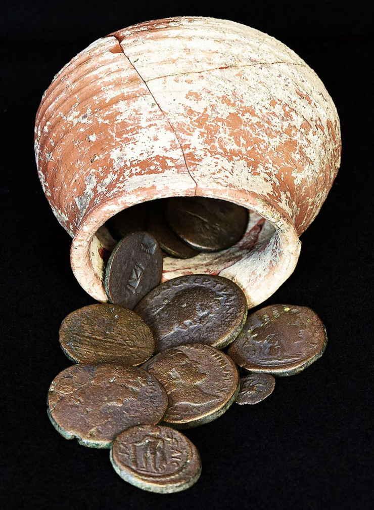 La olla con monedas de Shikhin después de la limpieza y restauración. (Foto: Steven Meigs)