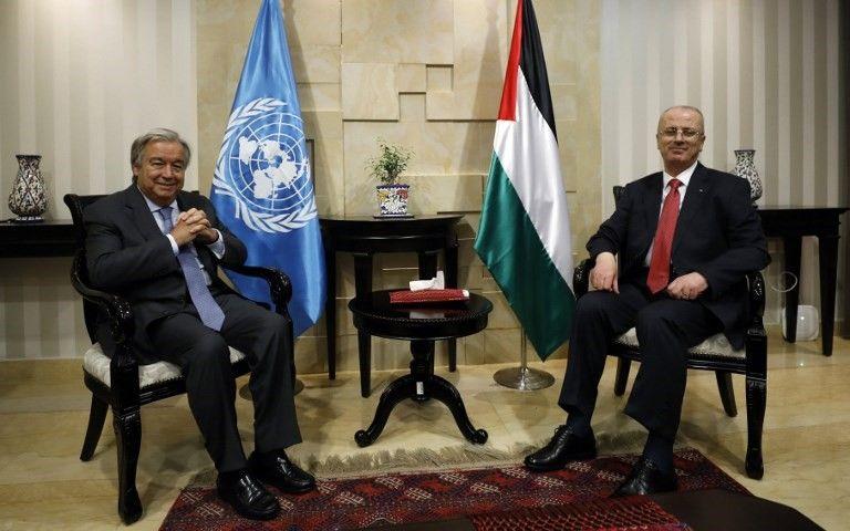 El Secretario General de las Naciones Unidas, Antonio Guterres (L), se reúne con el funcionario de la Autoridad Palestina, Rami Hamdallah, en la ciudad de Ramallah el 29 de agosto de 2017. (AFP Photo / Pool / Mohamad Torokman)