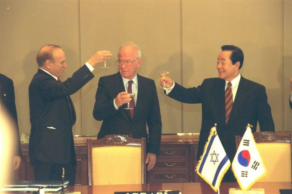 De izquierda a derecha: el embajador de Israel en Corea del Sur, Asher Naim, el primer ministro Yitzhak Rabin y el presidente de Corea del Sur Kim Yung Sam en Seúl, diciembre de 1994 (Yaacov Sa'ar / GPO)