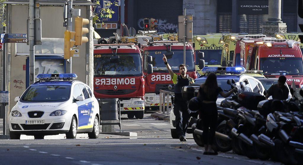 Un oficial de policía bloquea una calle en Barcelona, España, el jueves 17 de agosto de 2017 tras un ataque islámico con una furgoneta blanca en el histórico distrito de Las Ramblas. (Foto AP / Manu Fernández)