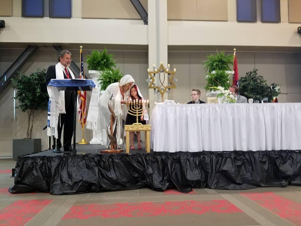 Encendido de velas en Cross Life Churchen Alvarado, Arkansas. (Cortesía)