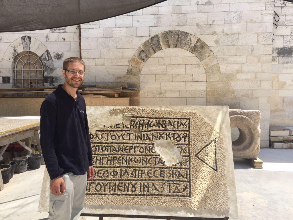 El director de la excavación David Gellman de la Autoridad de Antigüedades de Israel en la sede del Museo Rockefeller de la IAA en Jerusalem, el 23 de agosto de 2017. (Amanda Borschel-Dan / Times of Israel)