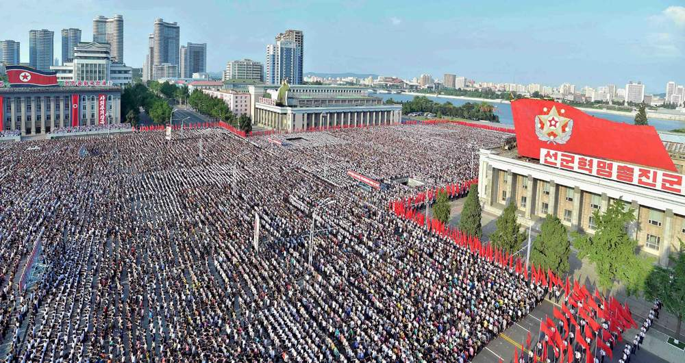 El desfile sobre la plaza Kim Il-sung (Reuters)