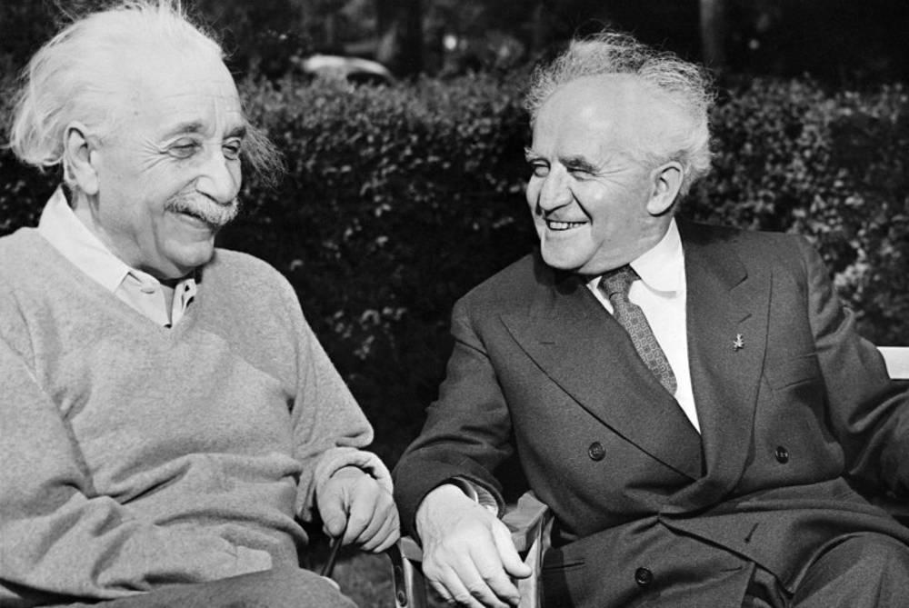 El primer ministro israelí David Ben Gurion visita a Albert Einstein en la Universidad de Princeton en 1951. (AFP / Getty Images)