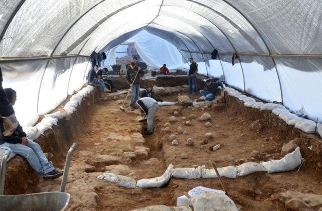 El sitio de excavación en el complejo ruso. Uno puede ver las piedras de honda en el suelo, que son una evidencia tangible de la batalla. (Yoli shwartz / Autoridad de Antigüedades de Israel)