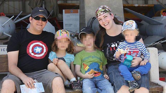 Elad Salomon, a la izquierda, con su esposa Michal y tres de sus hijos. Elad fue apuñalado a muerte el 21 de julio de 2017 en un ataque terrorista islámico en Halamish. (Cortesía)