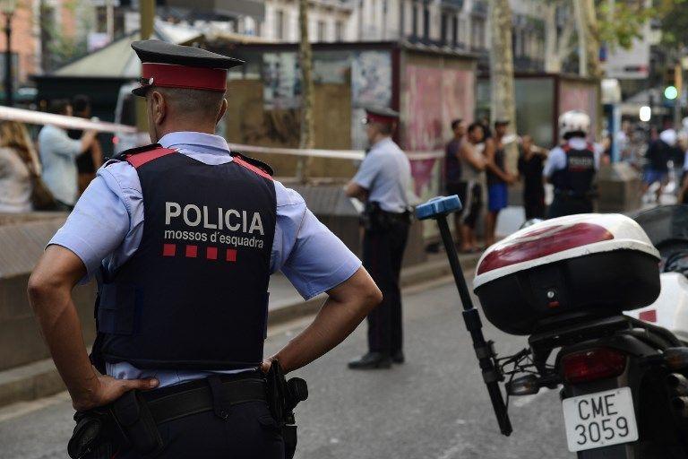 Policías españoles hacen guardia en el bulevar Rambla de Barcelona el 18 de agosto de 2017. (AFP PHOTO / JAVIER SORIANO)