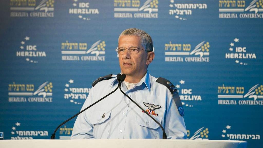 El comandante general de la Fuerza Aérea Israelí, general Amir Eshel, habla en una Conferencia de Herzliya en Herzliya, el 21 de junio de 2017. (Cortesía / Conferencia de Herzliya)