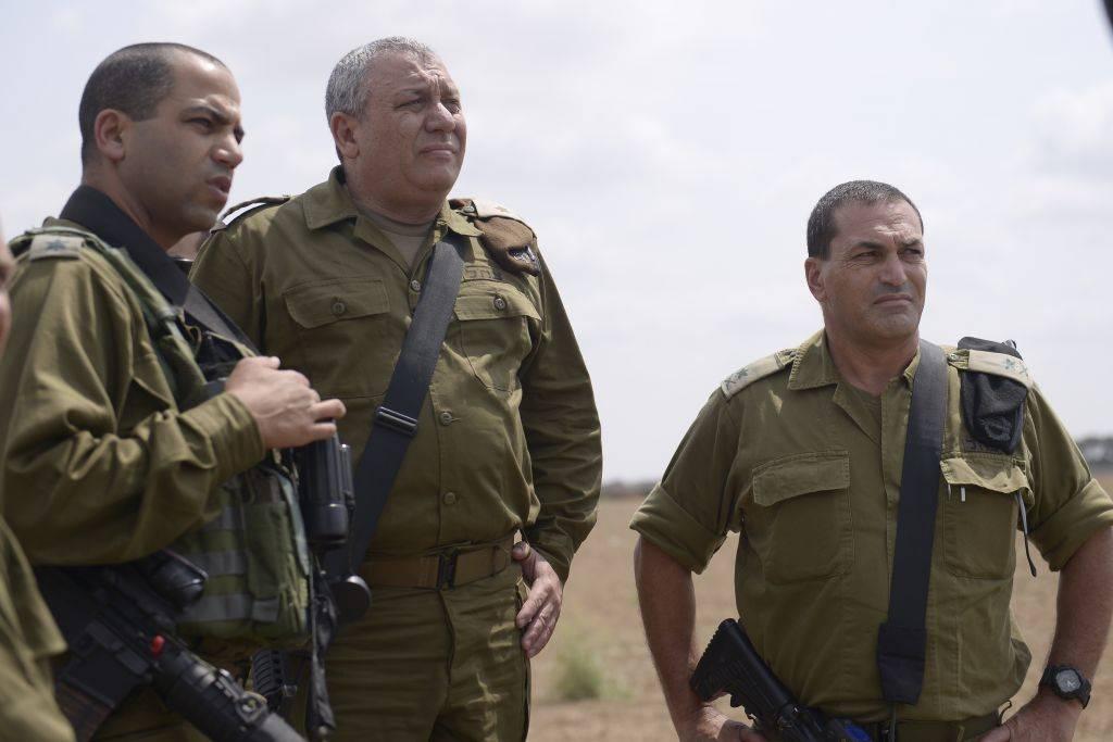 """El Jefe del Estado Mayor de las Fuerzas de Defensa de Israel, Gadi Eisenkot, visita la División de Gaza con el coronel Yaakov """"Yaki"""" Dolef y el jefe del Comandante del Sur, general Eyal Zamir, en el sur de Israel el 30 de agosto de 2016."""