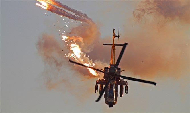 Helicóptero Apache dispara bengalas (Ofer Zidon / Flash 90)