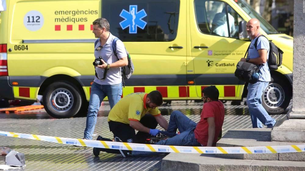 Un miembro de la unidad sanitaria atienda a un herido en Barcelona (AP)