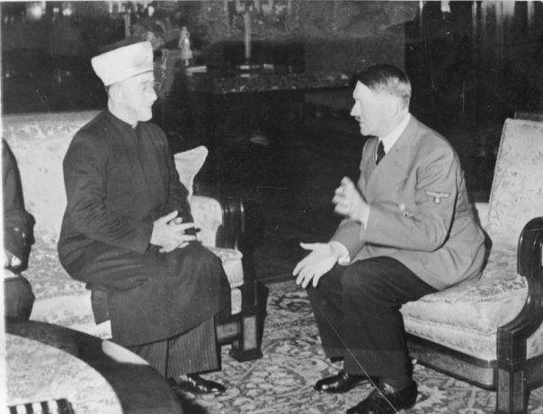 Na imagem visto Hitler com Haj Amin al-Husseini, o Grão-Mufti de Jerusalém e um aliado próximo de al-Banna, em Berlim, onde viveu como um convidado VIP de Hitler 1941-1945 antes de ingressar no -Banna no Egito em 1946.