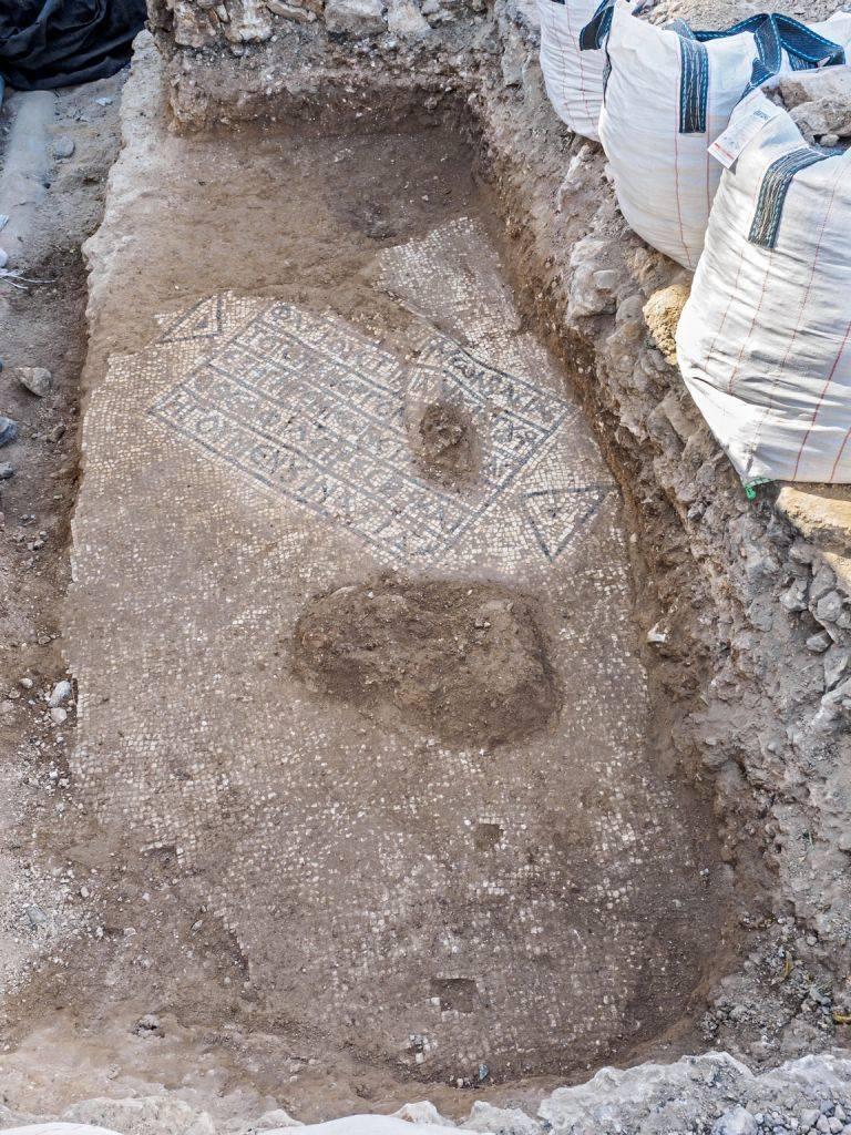 Una inscripción griega antigua que menciona al emperador bizantino Justiniano fue encontrada en la Puerta de Damasco de la Ciudad Vieja de Jerusalem en agosto de 2017 (Assaf Peretz, Autoridad de Antigüedades de Israel)