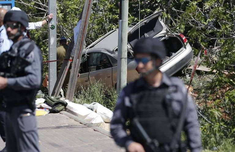 Las fuerzas de seguridad israelíes inspeccionan el sitio de un atentado islámico de embestida con auto fuera del poblado israelí de Ofra en Judea y Samaria el 6 de abril de 2017. (AFP Photo / Thomas Coex)