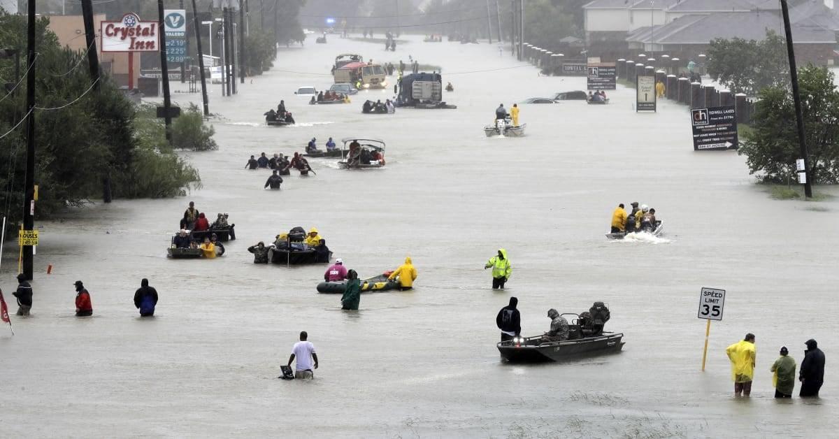 Botes de rescate evacúan a las víctimas en Houston (AP)