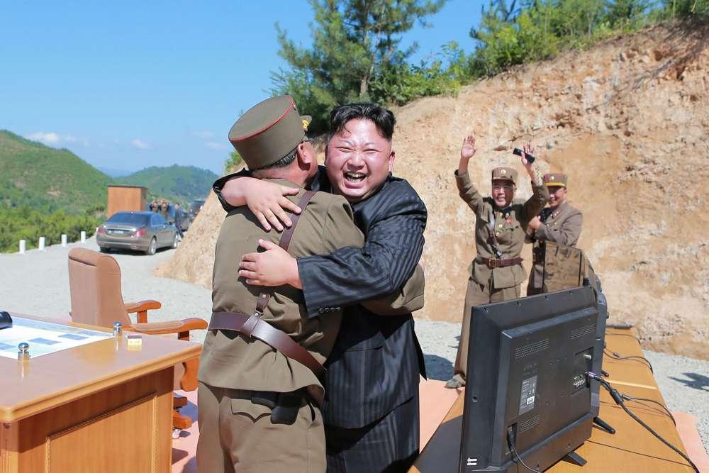 """Kim Jong-un y sus generales celebran otro avance militar. Esta semana se cumple el plazo autoimpuesto para realizar un ataque sobre Guam como """"advertencia"""" (Reuters)"""