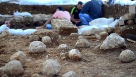 Las piedras lanzadas por catapultas romanas a los defensores judíos de la muralla. (Yoli shwartz / Autoridad de Antigüedades de Israel)