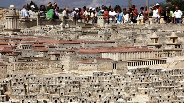 Los turistas miran un modelo del segundo templo en exhibición en el Museo de Israel en Jerusalém. (Miriam Alster / Flash90)
