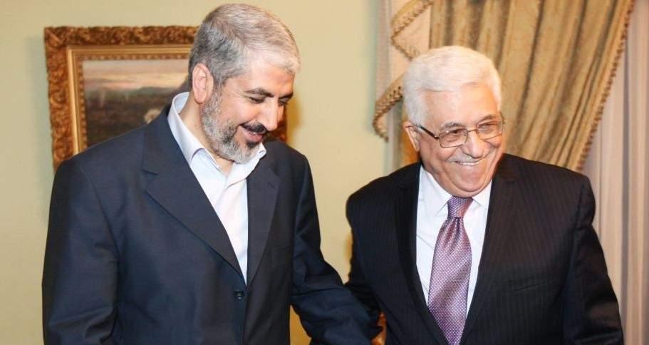 Khaled Mashaal, ex líder político de Hamas (izquierda), se reúne con el presidente de la Autoridad Palestina, Mahmud Abbas, en El Cairo, Egipto, el 21 de diciembre de 2011. (foto: AP)