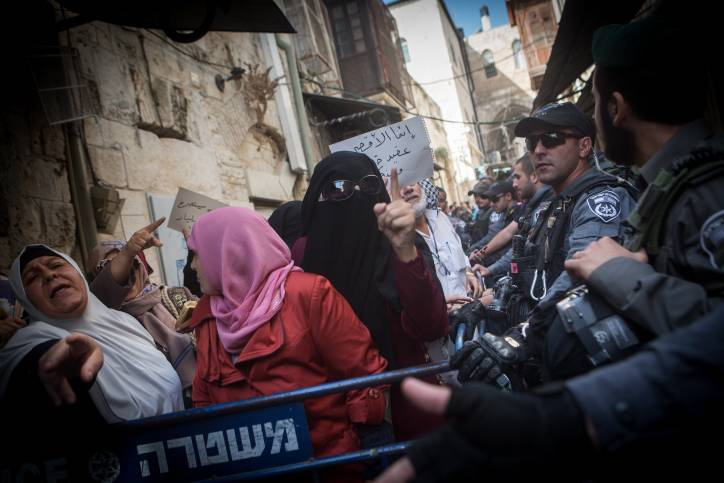 Mujeres islámicas del grupo Murabitun gritan consignas y levantan el Corán durante una manifestación de agresiones contra los policías de Israel que les impide entrar en el complejo del Monte del Templo en la Ciudad Vieja de Jerusalém el 17 de septiembre de 2015. (Miriam Alster / Flash90)