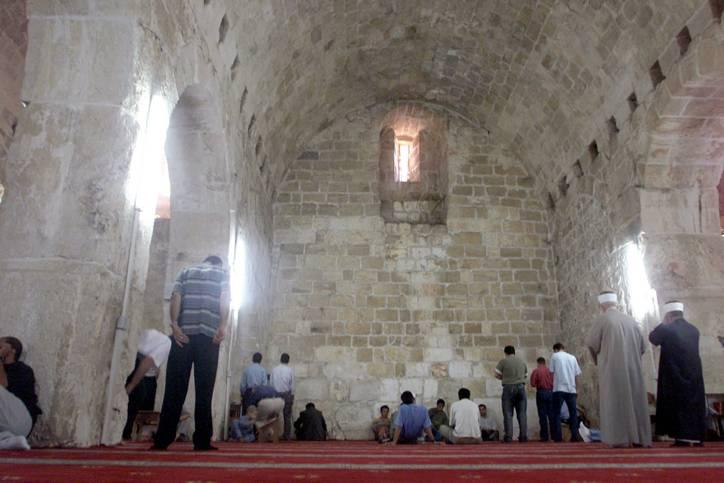 Los musulmanes rezan en Urvot Shlomo (Establos del Rey Salomón) en el Monte del Templo. 04 de octubre de 2002. (Flash 90)