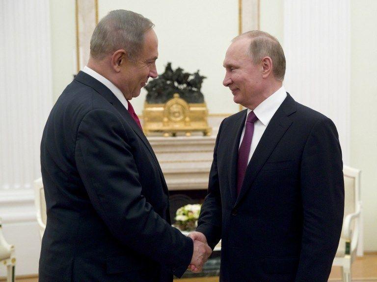 El primer ministro Benjamin Netanyahu, a la izquierda, estrecha la mano con el presidente ruso Vladimir Putin durante su reunión en Moscú el 9 de marzo de 2017. (AFP Photo / Pool / Pavel Golovkin)