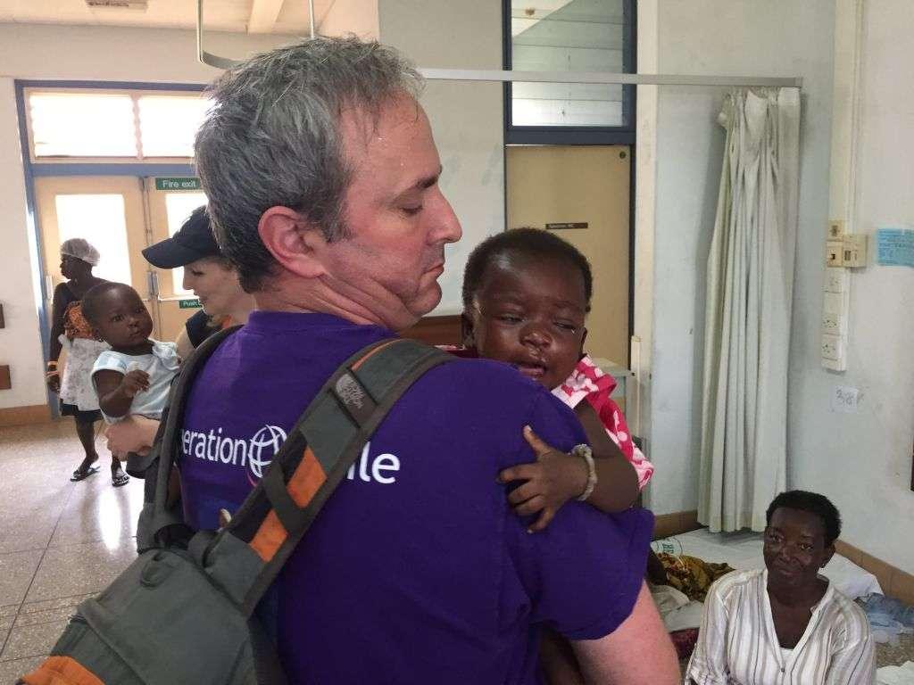 Dr. Omri Emody con un paciente en Ghana (Cortesía)