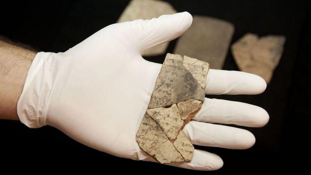 Imagen ilustrativa de letras inscritas en la cerámica, conocida como ostraca, que fueron descubiertos en la excavación de una fortaleza en Arad, Israel, exhibida en el Museo de Israel en Jerusalém, 12 de abril de 2016. (AP / Dan Balilty)