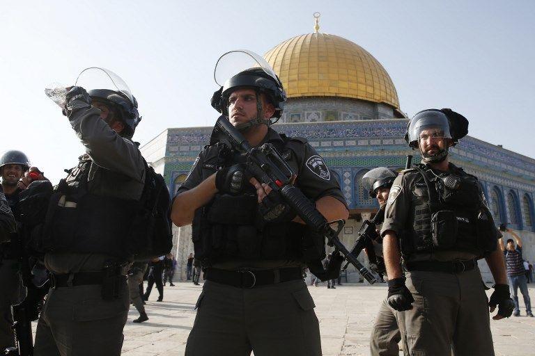 Las fuerzas de seguridad israelíes frente a la Cúpula de la Roca en el recinto del Monte del Templo en la Ciudad Vieja de Jerusalém el 27 de julio de 2017. (AFP PHOTO / AHMAD GHARABLI)