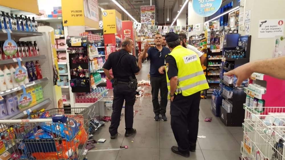 La policía y los médicos responden a una puñalada en un supermercado en la ciudad israelí central de Yavneh el 2 de agosto de 2017. (United Hatzalah)