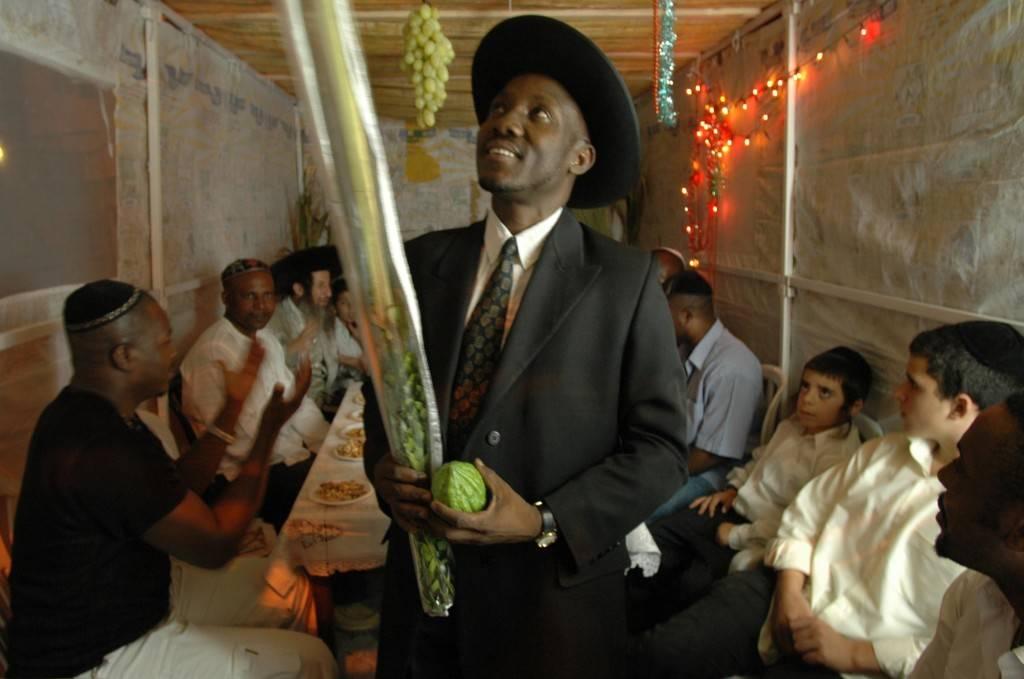 El rabino de la comunidad nigeriana de Igbo recita una bendición en una sukka de Tel Aviv. La tribu Igbo se considera descendiente de Efraín (una de las diez tribus perdidas). (Crédito de la foto: Yossi Zamir / Flash 90)