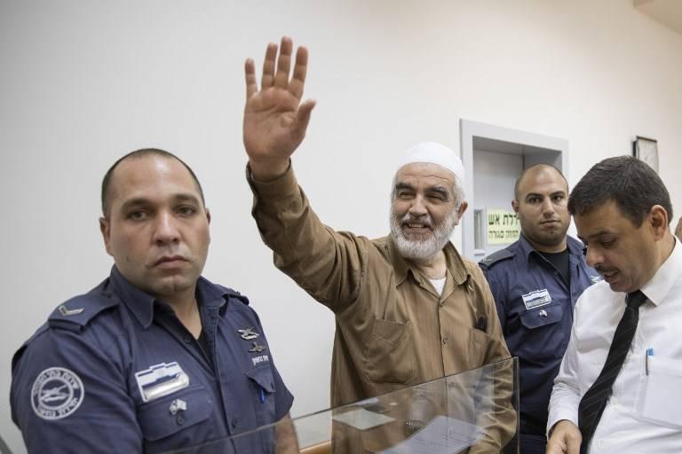 El jeque Raed Salah, centro, sonríe al llegar a la corte del magistrado israelí de Rishon Lezion el 15 de agosto de 2017. (AFP / JACK GUEZ)