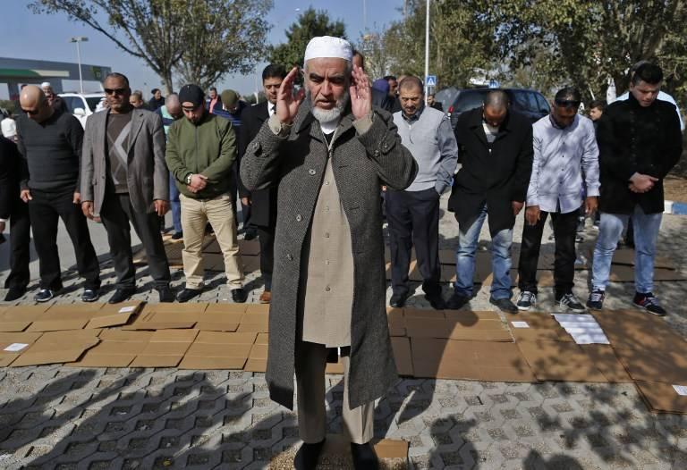 El jeque Raed Salah, líder árabe israelí del ala radical norte del Movimiento Islámico en Israel, durante las oraciones con sus partidarios en Umm al-Fahm después de que fue liberado de la prisión el 17 de enero de 2017. (AFP Photo / Ahmad Gharabli)