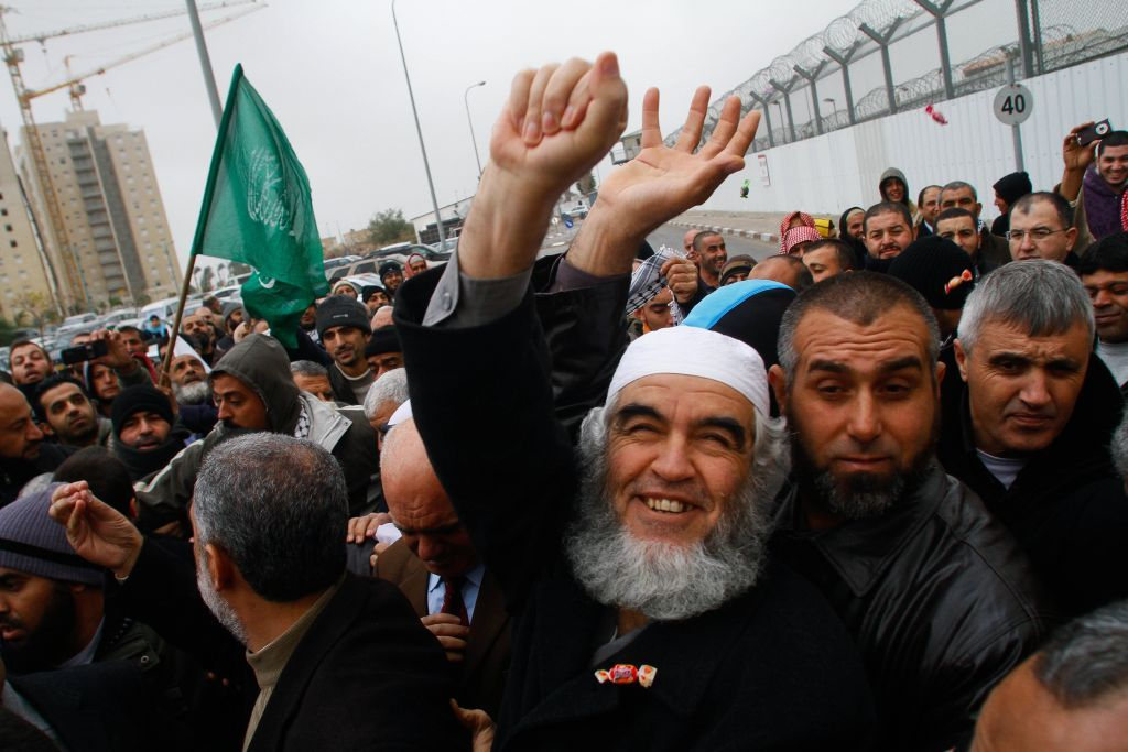 El líder del Movimiento Islámico, Jeque Raed Salah, está fuera de la prisión de Ramleh tras su liberación, el domingo 12 de diciembre de 2010 (Uri Lenz / Flash 90)