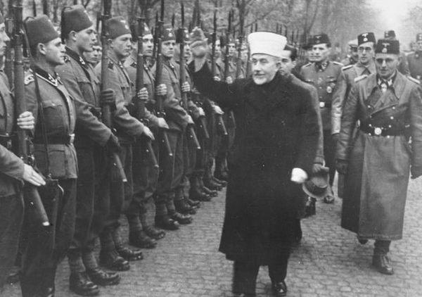 tropas muçulmanas nazistas Waffen-SS Handschar estão sendo revistos por Haj Amin al-Husseini (direita) e SS Reichsführer Heinrich Himmler (abaixo).