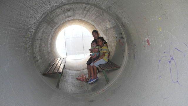 Una madre judía y sus dos hijos en un refugio antibombas aéreas durante la Operación Margen Protector en el verano de 2014. (Melanie Lidman / Times of Israel)