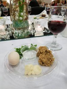 Un plato del seder en la Cross Life Church en Alvarado, Arkansas. (Cortesía)