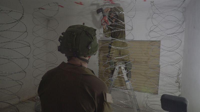 Soldado israelí se prepara para rellenar la casa de un terrorista árabe en Judea y Samaria con concreto para sellarla, el 10 de agosto de 2017. (Fuerzas de Defensa de Israel)