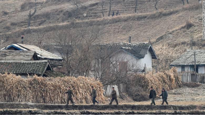 Panorama de un campo árido y seco en Corea del Norte en 2010. (Crédito: FREDERIC J. BROWN/AFP/Getty Images)