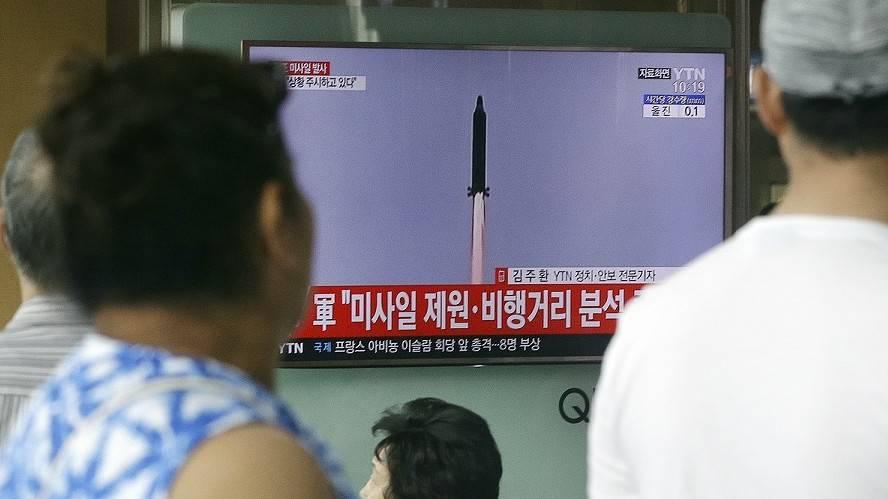 La gente ve un programa de noticias de televisión mostrando una imagen de un misil que es lanzado por Corea del norte, en la estación de tren de Seúl en Seúl, Corea del sur, martes, 4 de julio de 2017 (AP Photo/Ahn Young-Joon)