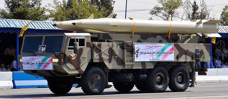 Un misil balístico Fateh-110, precursor del Zolfaghar, tomado en un desfile de las fuerzas armadas iraníes en 2012. (military.ir/Wikimedia Commons)