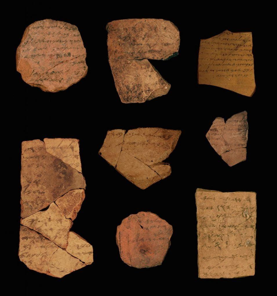Inscripciones en hebreo antiguo que datan de 2.500 años descubiertas cerca de Arad. (Universidad de Tel Aviv / Michael Cordonsky, Autoridad de Antigüedades de Israel)