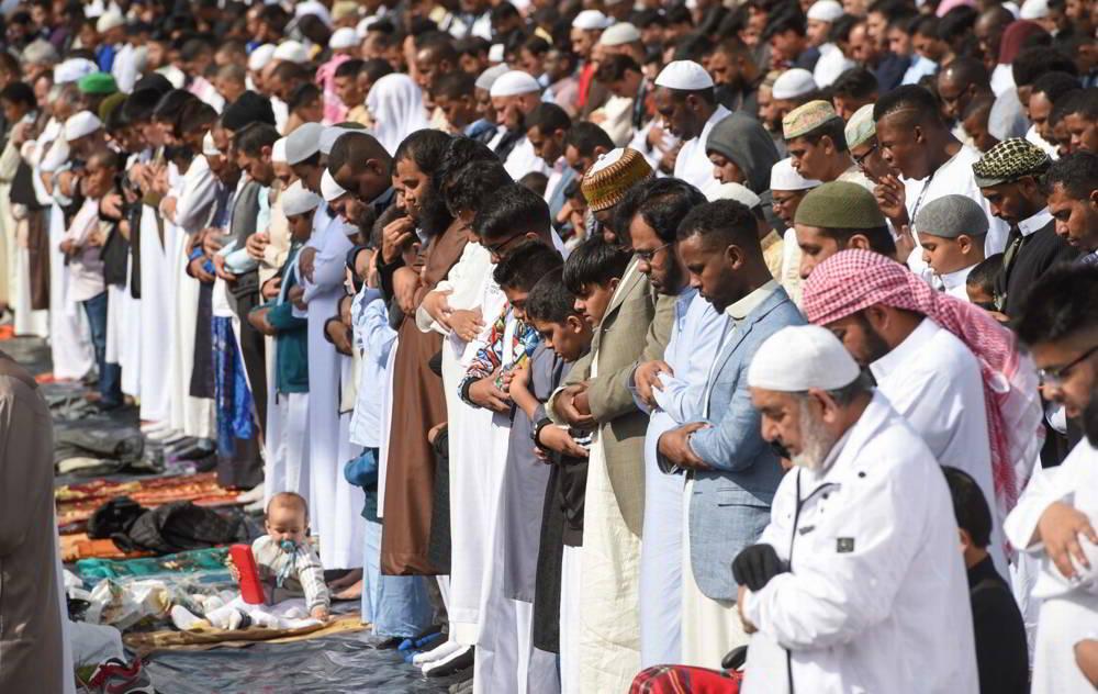 Musulmanes se preparan para la oración en Birmingham