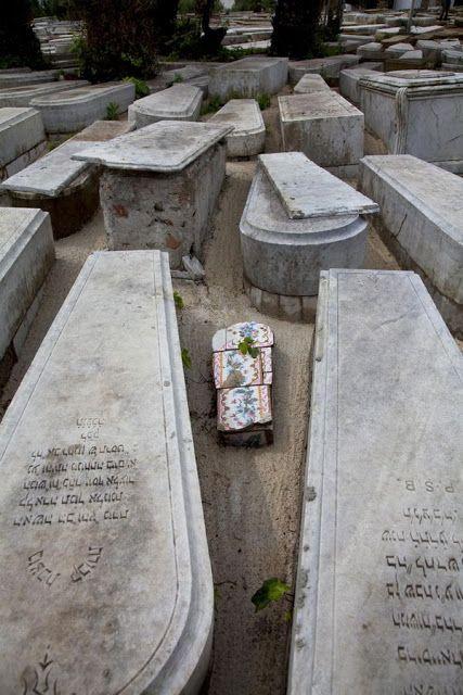 Un grupo de tumbas judías en el cementerio de Tanger, en Marruecos, rastreadas por Diarna.
