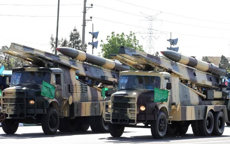 Camiones militares iraníes transportan misiles tierra-aire durante un desfile con ocasión del Día del Ejército del país, el 18 de abril de 2017, en Teherán. (AFP Photo / Atta Kenare)